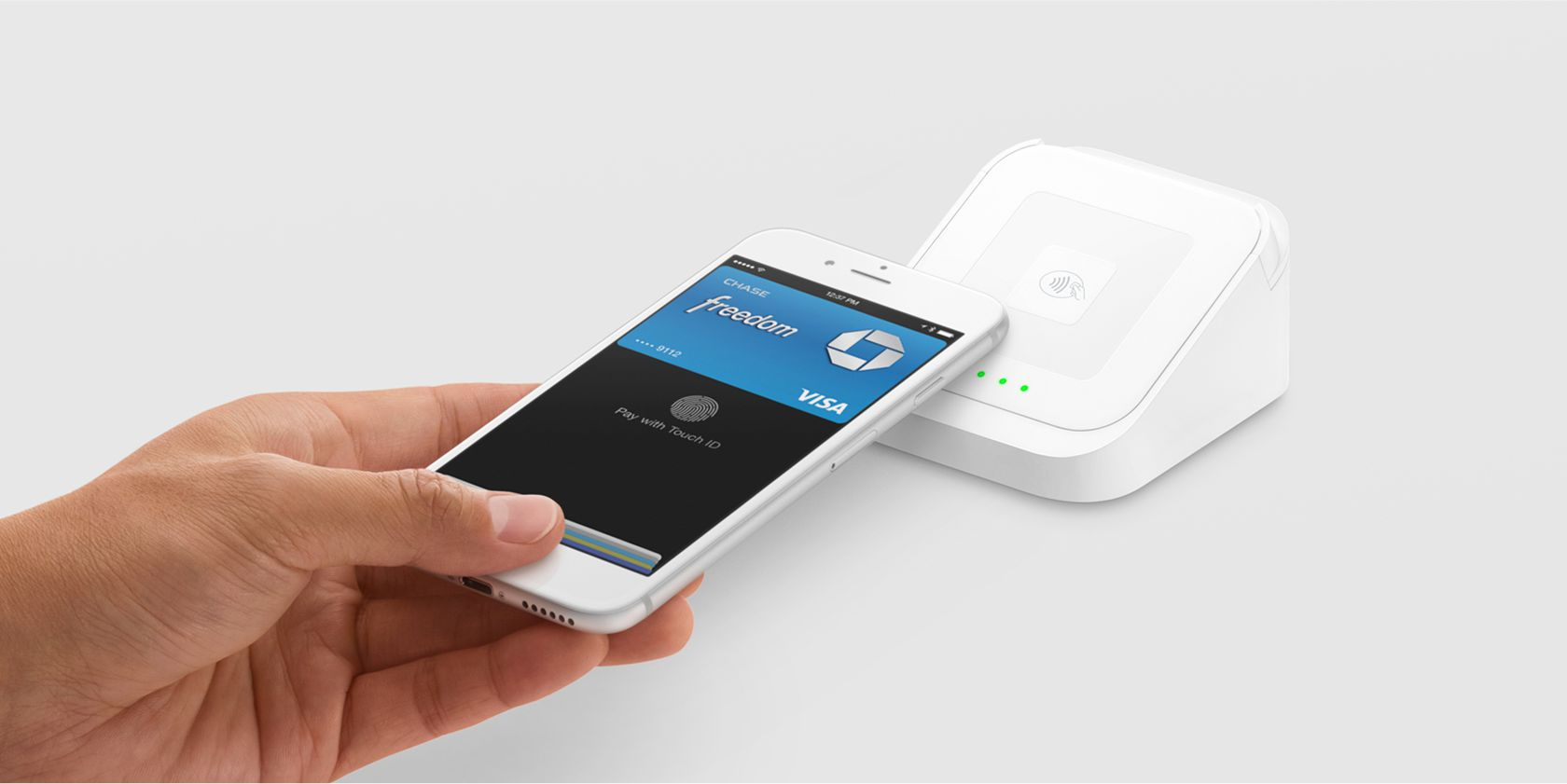 Square's contactless and chip reader accepting Apple Pay